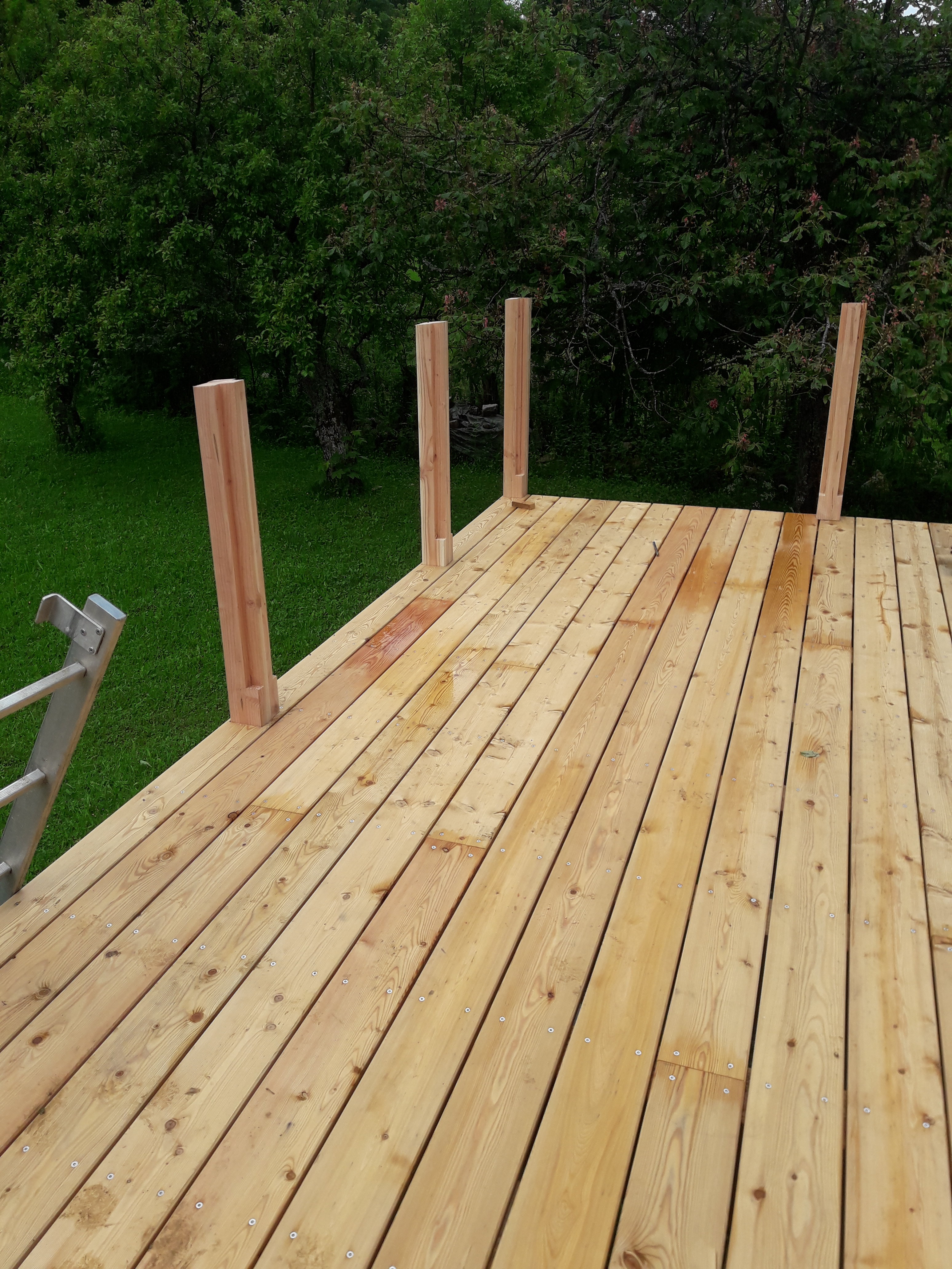 Conception et fabrication d'une terrasse balcon. Mélèze et Douglas.